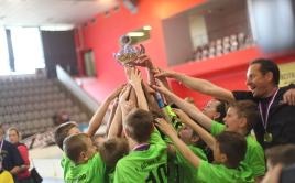Chlapci z Uherského Brodu zvedají na hlavu vítězný pohár. Foto: Pavel Doubek.