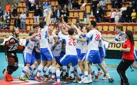 Český tým slaví s pohárem pro bronzové medailisty. Foto: IFF Flickr - Calle Ström.