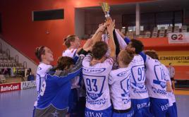Chodovský kapitán Dan Maxa (č. 93) si se svými spoluhráči užil radost s pohárem pro vítěze. Foto: Adéla Půlpánová.
