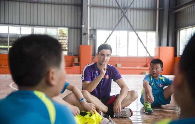 Michael Blažík při tréninku čínských florbalových nadějí.