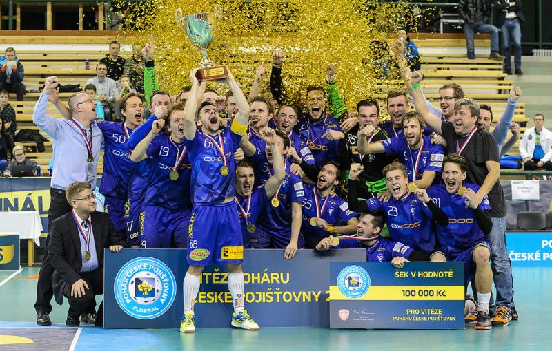 Kapitán Marek Matejčík a jeho spoluhráči se radují s pohárem. Foto: Flickr Český florbal.
