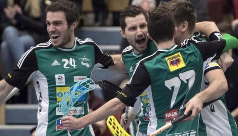 Daniel Šebek (druhý zleva) v objetí spoluhráčů. Foto: Facebook Wiler-Ersigen