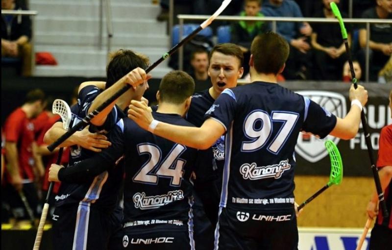 Ondřej Slivka (čelem) se raduje se svými kladenskými spoluhráči. Foto: Patricie Bártová