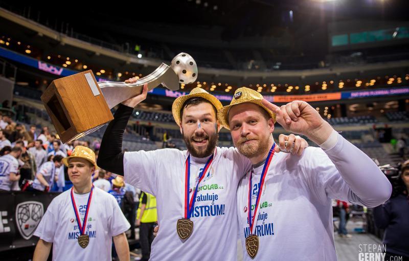 Michal Kotlas společně se svým spoluhráčem Davidem Boušou při mistrovských oslavách. Foto: Štěpán Černý