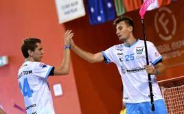 Tomáš Chroust s Jakubem Gruberem oslavují branku. Foto: Štěpán Tomš, Florbal Mladá Boleslav