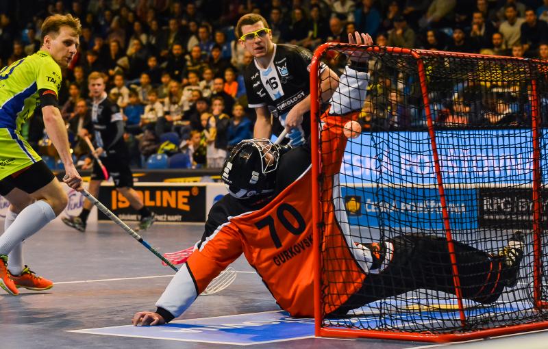 Tadeáš Chroust střílí první gól Mladé Boleslavi ve finále poháru. Foto: Flickr Český florbal