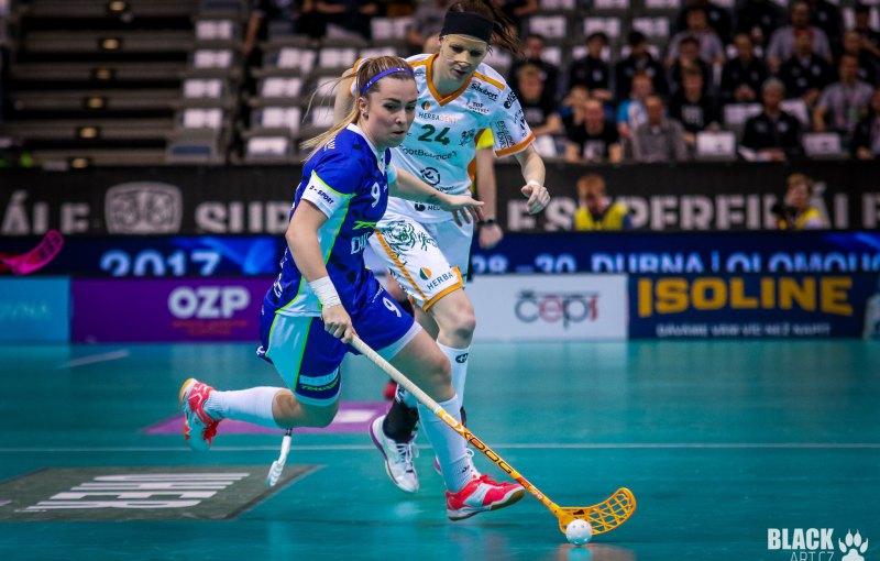 Romana Kiecková (v modrém) v souboji s Lucíou Košturiakovou. Foto: Štěpán Černý.