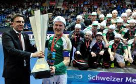 Tatu Väänänen převzal pohár pro švýcarské mistry. Foto: facebook Wileru