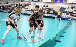 Martina Čapková z Tigers v obležení protihráček z finského TPS. Foto: Flickr IFF