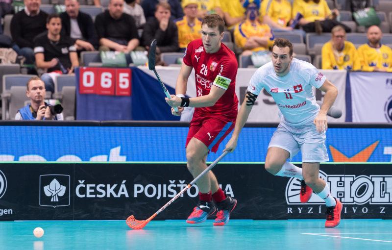 Český kapitán Matěj Jendrišák a Švýcar Manuel Maurer v duelu o bronz. Foto: Martin Flousek, Český florbal