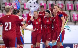 Kapitánka Eliška Krupnová a její spoluhráčky se radují z gólu na domácím turnaji EFT. Foto: Martin Flousek, Český florbal
