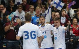 Finští reprezentanti Jonne Junkkarinen (27), Oskari Heikkila (10) a Ville Lastikka (36) se radují z gólu. Foto: Juhani Järvenpää