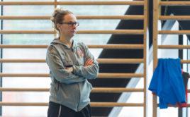 Brigitta Wegmann sleduje trénink českého národního týmu. Foto: Martin Flousek, Český florbal