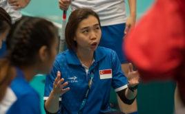 Loiuse Khng udílí pokyny svým hráčkám. Foto: Fabian Trees, www.imagepower.ch