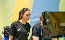 Rozhodčí Mona Franzon zkoumá záznam hry na videu. Foto: Claudio Schwarz, unihockey-fotos.ch