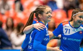 Jana Trošková se se svými spoluhráčkami raduje z gólu do sítě Lotyšska. Foto: Claudio Schwarz, unihockey-fotos.ch