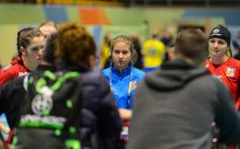 Michaela Kubečková naslouchá hodnocení trenérů po zápase se Švédskem. Foto: Martin Flousek, Český florbal