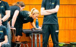 Švédská sudí Josefine Hedelind zkoumá video v utkání USA - Thajsko. Foto: Claudio Schwarz, unihockey-fotos.ch