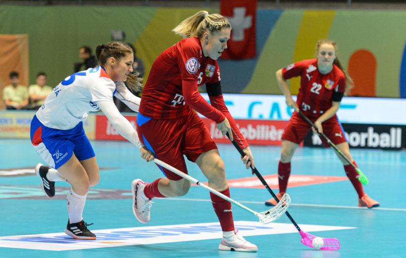 Denisa Kotzurová (vpředu) s Ivanou Šupákovou prožívají první ženský šampionát. Foto: Martin Flousek, Český florbal
