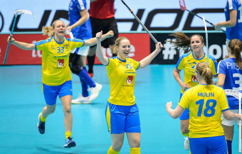 Stephanie Boberg slaví branku proti Finsku. Foto: Martin Flousek, Český florbal