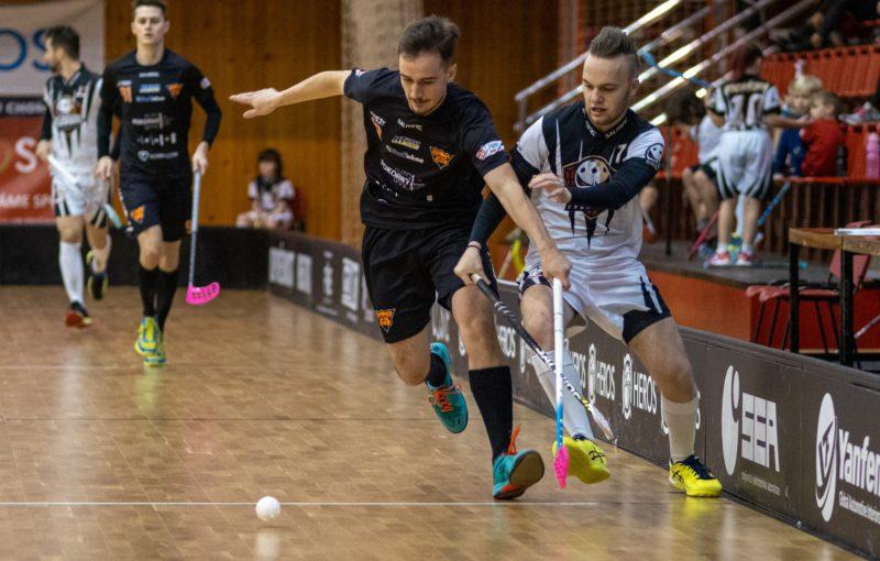 Matyáš Němec (Bulldogs Brno) a Tomáš Novotný (Florbal Chomutov) v souboji o míček. Foto: Roman Dušek,