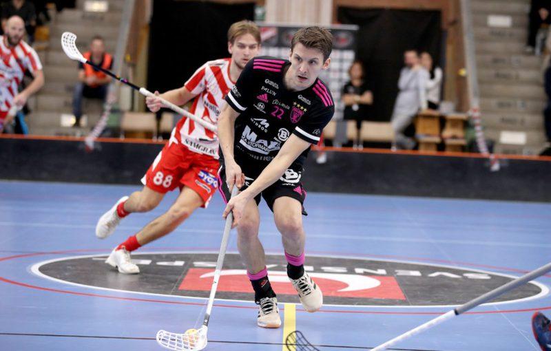 Emil Johansson v duelu s Pixbem. Foto: Per Wiklund