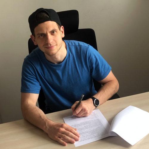 Tadeáš Chroust při podpisu nové tříleté smlouvy. Foto: Florbal Mladá Boleslav