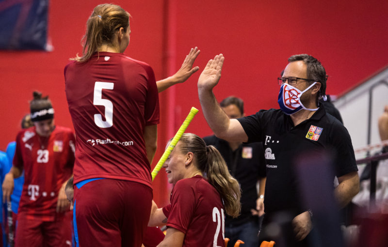 Eliška Krupnová slaví gól s trenérem Rhynerem. Foto: Český florbal