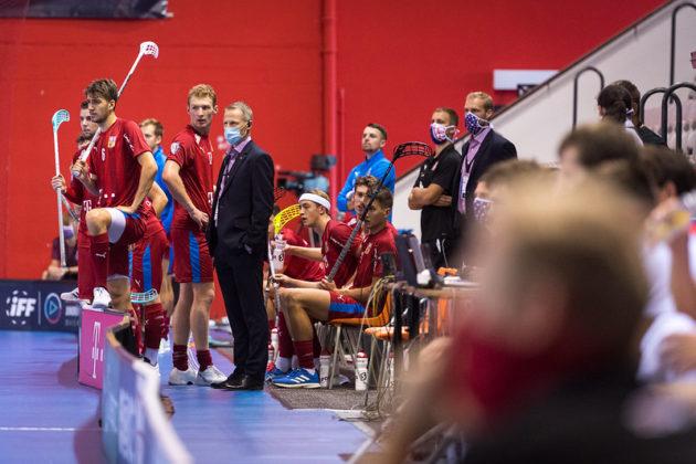 Petri Kettunen na lavičce národního týmu při duelu se Slovenskem. Foto: Martin Flousek, Český florbal