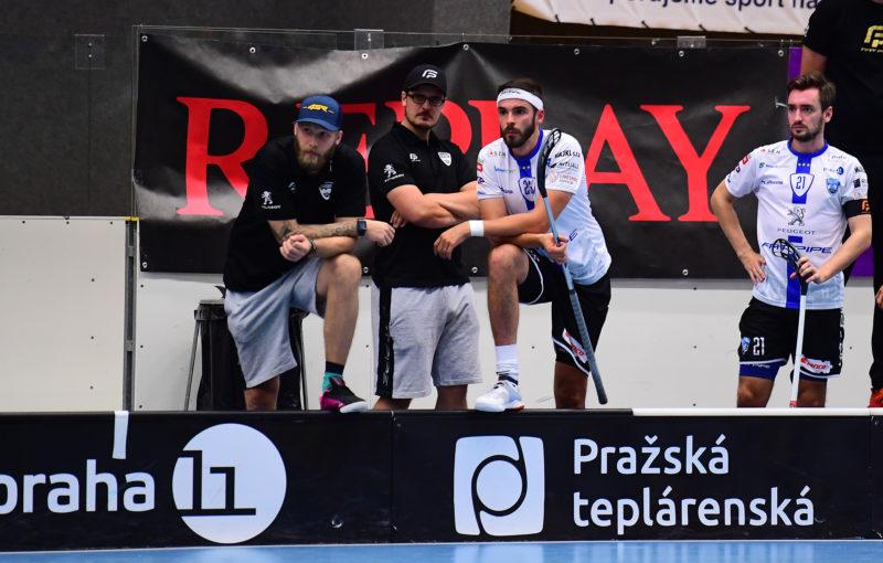 Trenéři Adam Štegl a David Podhráský nemohou poslat svůj tým do duelu s Vinohrady. Foto: FAT PIPE Florbal Chodov, Český florbal