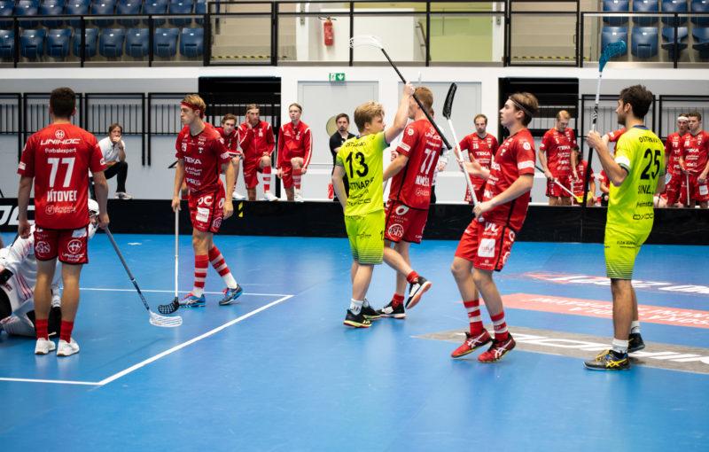 Hráči Tatranu přihlížejí, jak Rostislav Gattnar překonává jejich obranu. Foto: Tatran Teka Střešovice, Český florbal