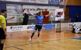 Nikola Kuchařová slaví gól. Foto: KM automatik FBK Jičín, Český florbal