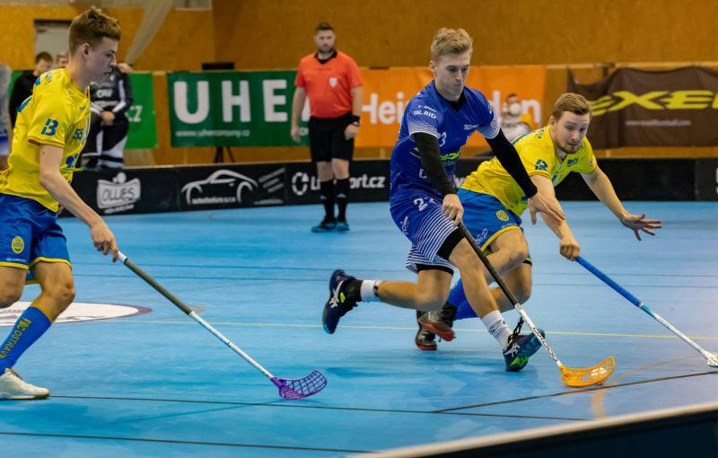 Martin Nehera v souboji s hráči FBC Ostrava. Foto: Lukáš Zetek, Florbal Vítkovice