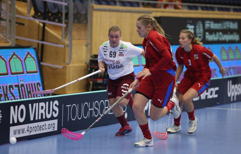 Kristýna Lechnerová (3) sleduje souboj o míček. Foto: Adam Troy