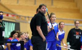 Michal Jedlička na lavičce slovenského národního týmu juniorek. Foto: Per Wiklund