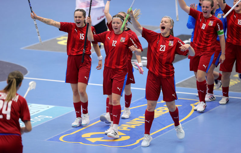 Lucie Řezáčová (12) slaví branku do sítě Švédek. Foto: Per Wiklund