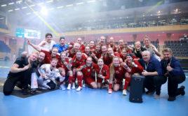 České juniorky zdolaly Švýcarsko a po zápase oslavily zisk bronzových medailí. Foto: Per Wiklund