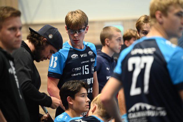 Martin Forman udílí pokyny hráčům švédského Kalmarsundu. Foto: Albin Skur, Simon Melchert